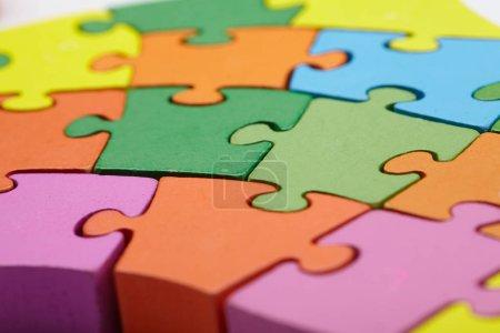 Photo pour Pièces de puzzle colorées lumineuses, gros plan - image libre de droit