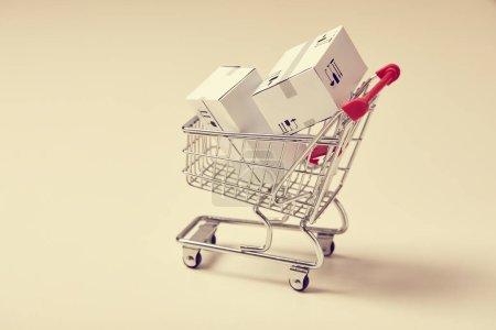 Photo pour Chariot à provisions avec boîtes, vue rapprochée - image libre de droit