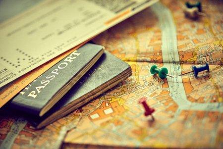 Photo pour Épingles marquant les points d'itinéraire de voyage sur la carte et les passeports - image libre de droit