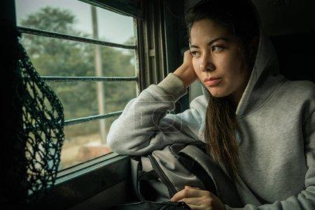 Photo pour Jeune femme attrayante Voyage passager en train en Inde - image libre de droit