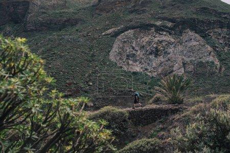 Foto de Hombre de carreras deportivas en cross country trail run. Ajuste masculino corredor entrenamiento de ejercicios y saltar al aire libre en el hermoso paisaje de la naturaleza de montaña - Imagen libre de derechos