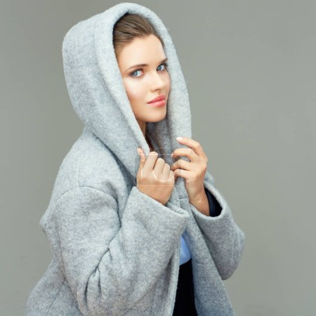 Photo pour Belle femme portant un manteau gris avec capuche - image libre de droit