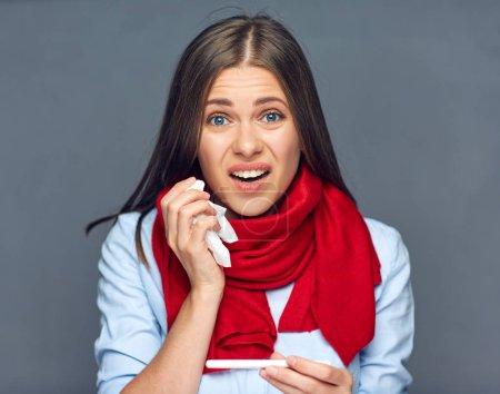 Photo pour Femme de la maladie dans l'écharpe rouge tenant le tissu et le thermomètre médical - image libre de droit