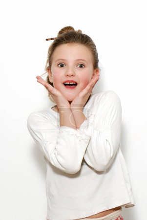 Photo pour Portrait d'une fille émotionnelle sur un fond léger - image libre de droit
