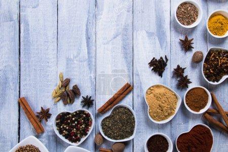 Photo pour Diverses épices colorées utilisées dans la cuisine indienne, européenne, méditerranéenne et internationale - image libre de droit