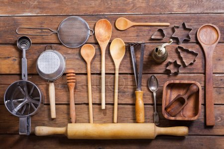 Photo pour Divers ustensiles de cuisine sur la table en bois, vue de dessus - image libre de droit