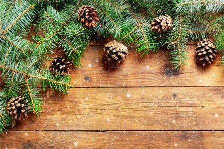Photo pour Fond de Noël. Décoration de Noël avec branches de sapin sur fond bois, vue sur le dessus - image libre de droit