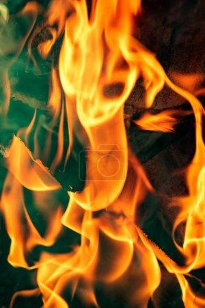 Foto de Fondo abstracto, llama de fuego brillante, trozos de madera quemados . - Imagen libre de derechos