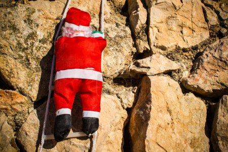 Photo pour Père Noël escalade encore un autre mur - image libre de droit