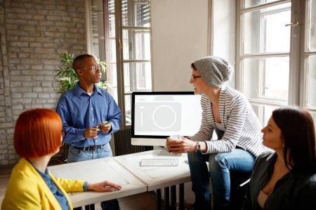 Photo pour Les employés avec le gestionnaire ont briefing dans l'entreprise - image libre de droit