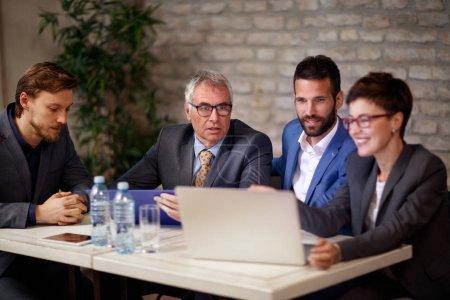 Geschäftsleute diskutieren und arbeiten an Treffen