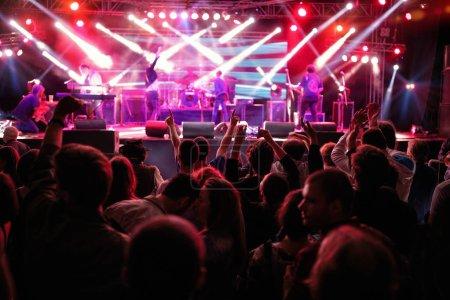 Photo pour Foule levant leurs mains et profiter de fond de la grande fête festival - image libre de droit