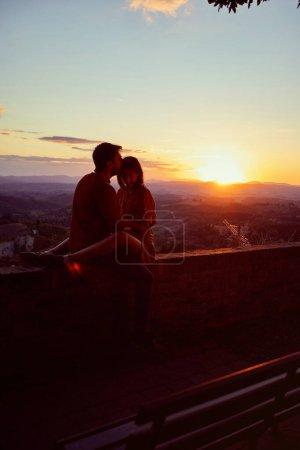 Photo pour Un couple romantique et souriant s'amusant ensemble sur un magnifique coucher de soleil romantique. - image libre de droit