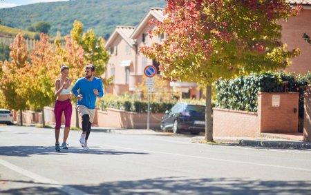 Photo pour Caucasien barbu mâle et brunette femelle jogging ensemble - image libre de droit