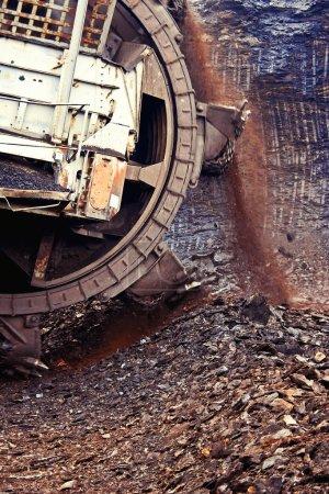 Photo pour Machine d'extraction dans la mine de charbon brun - image libre de droit