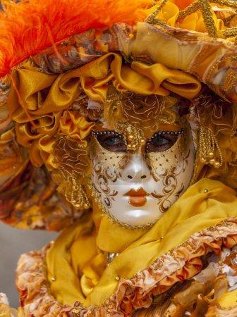 Foto de Annecy, Francia, 15 de marzo de 2014: Retrato de una persona disfrazada, posando en Annecy, Francia, durante un carnaval veneciano que celebra la belleza de la Venecia real - Imagen libre de derechos