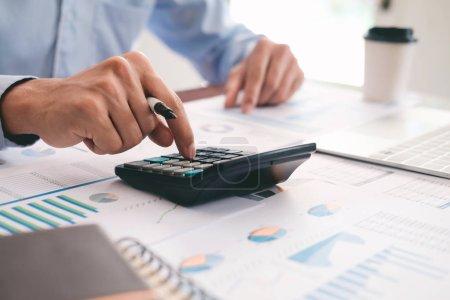 Photo pour Finances Saving Economy concept. Comptable masculin ou calculateur d'utilisation de banquier. - image libre de droit
