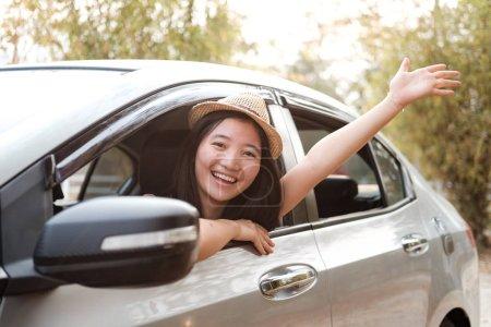 Photo pour Main de femme heureuse se détendre et profiter de voyage sur la route. Voiture voyage dans la nature, l'heure d'été - image libre de droit