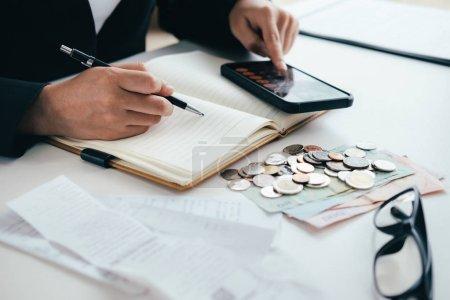 Photo pour Finances Saving Economy concept. Comptable ou banquier calculer le bon de caisse. - image libre de droit