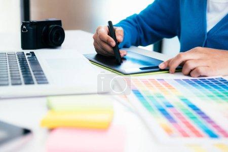 Photo pour Graphiste et photographe travaillant sur ordinateur et tablette graphique utilisé - image libre de droit