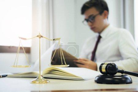 Photo pour Jeune avocat homme d'affaires travaillant avec de la paperasse sur son bureau au bureau - image libre de droit