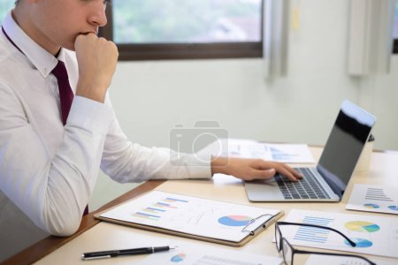 Photo pour Planifier et analyser les données de marketing d'investissement. - image libre de droit