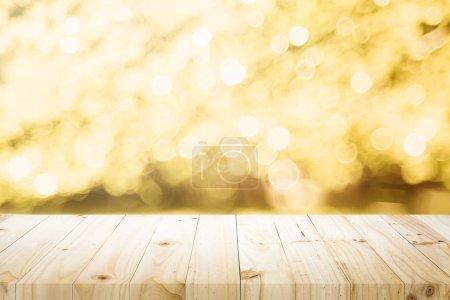 Foto de Mesa de madera superior sobre fondo abstracto bokeh y utilizado para el montaje o exhibición de productos. - Imagen libre de derechos