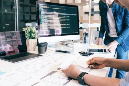 Photo pour Programmeur et Ux Ui designer travaillant dans un développement de logiciels et les technologies de codage. Mobile et conception de sites Web et développement de la technologie de programmation - image libre de droit