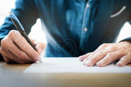 Photo pour Gros plan homme d'affaires signature contrat fait un Pacte. - image libre de droit