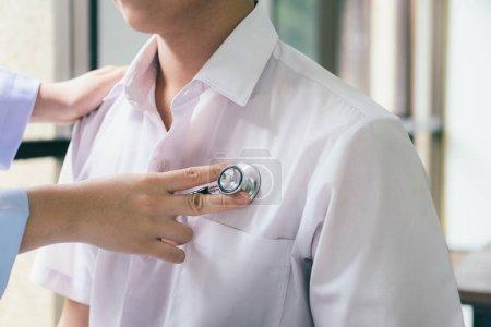 Photo pour Contrôle médecin patient. Médecin examine un patient avec un stéthoscope. Concept santé, hospitaliers et médicaux - image libre de droit