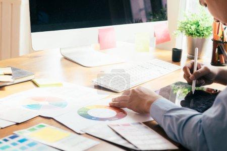 Photo pour Graphiste et photographe travaillant sur ordinateur et tablette graphique utilisé. - image libre de droit