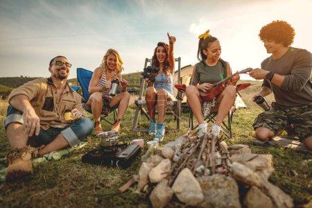 Photo pour Groupe de jeunes amis s'amuser et se détendre sur le pique-nique dans un paysage sauvage - image libre de droit