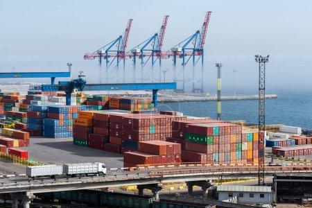 Photo pour Ukraine, Odessa, 11 avril 2018 : conteneurs dans le port maritime. Grand port de la mer Noire. Expédition et expédition dans le monde - image libre de droit