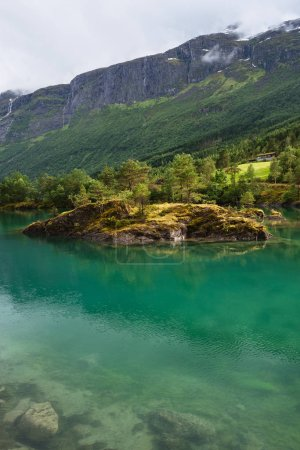 Photo pour Lovatnet lac de vert dans la vallée de Lodal. Paysage pittoresque de la Norvège. Temps ensoleillé - image libre de droit