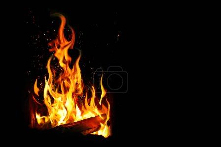Foto de Leña ardiente y fuego sobre negro - Imagen libre de derechos