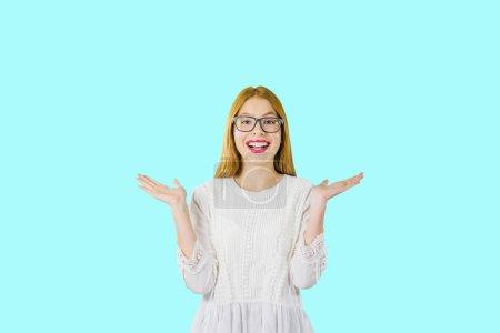 Photo pour Portrait d'une jeune belle jeune fille aux cheveux roux en lunettes, qui, émotionnellement et avec des gestes de main montre des émotions positives et des rires, photo sur un fond isolé . - image libre de droit