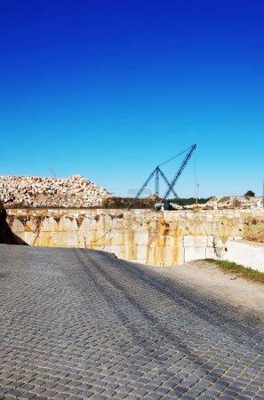 Photo pour Chute de l'ancienne route à Borba, Portugal - image libre de droit