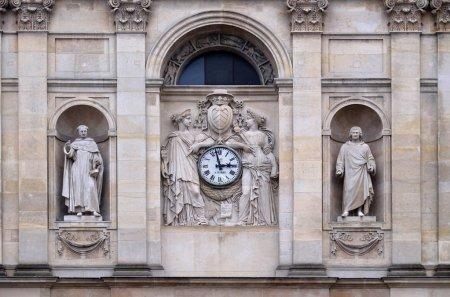 Photo pour Saint Thomas d'Aquin, Pierre Lombard, muses soutiennent l'horloge, surmontée des armoiries du cardinal Richelieu, façade de la chapelle Sainte-Ursule de la Sorbonne à Paris . - image libre de droit
