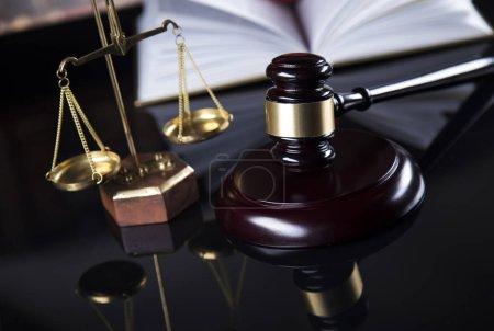 Photo pour Thème du droit, maillet du juge - image libre de droit