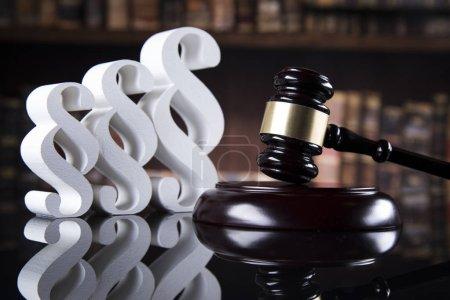 Photo pour Juges marteau en bois et paragraphe - image libre de droit