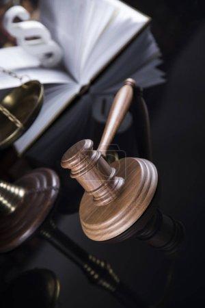 Photo pour Livre, marteau de la Cour, Thème du droit, maillet du juge et signe du paragraphe - image libre de droit