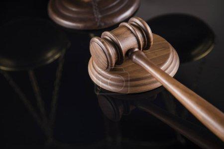Photo pour Thème de droit, maillet de juge, marteau en bois, fond réfléchissant miroir - image libre de droit
