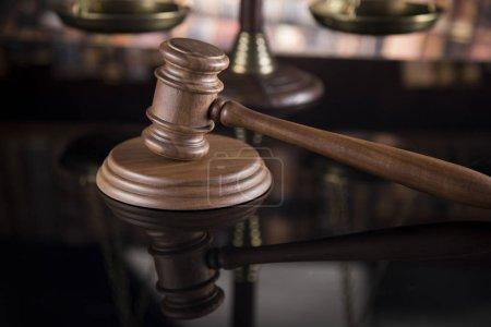Photo pour Thème de droit, maillet du juge, échelle de justice, fond de réflexion miroir - image libre de droit