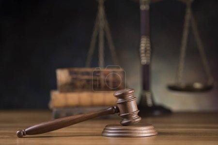Photo pour Thème de droit, maillet de juge, marteau en bois - image libre de droit