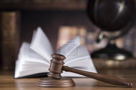 Photo pour Globe, Thème du droit, maillet de juge, marteau en bois - image libre de droit