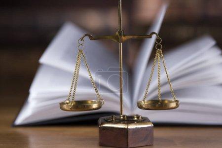 Photo pour Échelles de justice, marteau de droit - image libre de droit