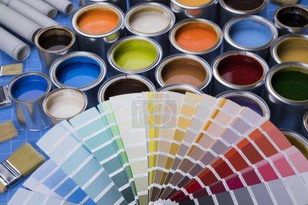 Cubos llenos de pintura al óleo de color arco iris