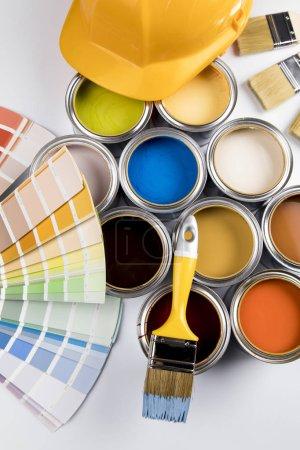 Boîtes de conserve en métal avec peinture couleur et pinceau