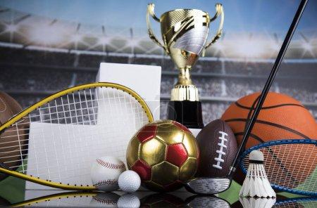 Photo pour Podium pour récompenses sportives, équipements et balles - image libre de droit