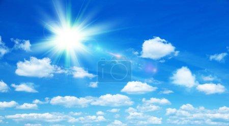Photo pour Fond ensoleillé, ciel bleu avec nuages blancs et soleil - image libre de droit